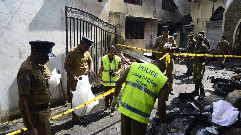 Des membres du personnel de sécurité et des enquêteurs de police sri-lankais examinent des débris à l'extérieur de l'église de Zion à la suite de l'explosion à Batticaloa, dans l'est du Sri Lanka, le 21 avril 2019.