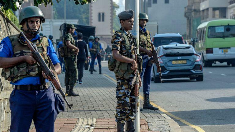 Le personnel de sécurité monte la garde devant l'hôtel Kingsbury