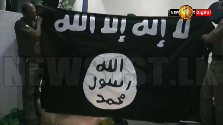 Un drapeau trouvé dans une fabrique de bombe présumée