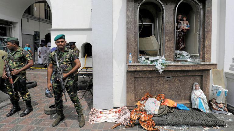 Des militaires sri-lankais protègent le sanctuaire de St Anthony à Colombo