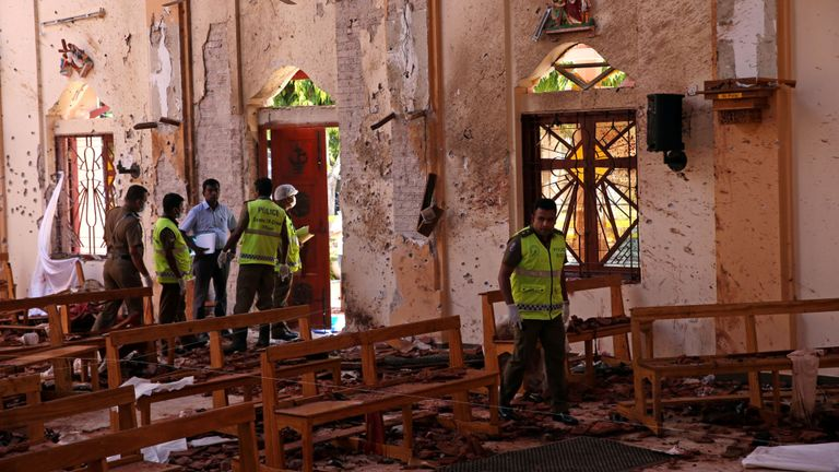 Des officiers de police travaillent sur les lieux de l'église catholique de Saint-Sébastien, à Pâques, à Negombo, au Sri Lanka, après l'explosion d'une bombe dans des églises et des hôtels de luxe 22 avril 2019