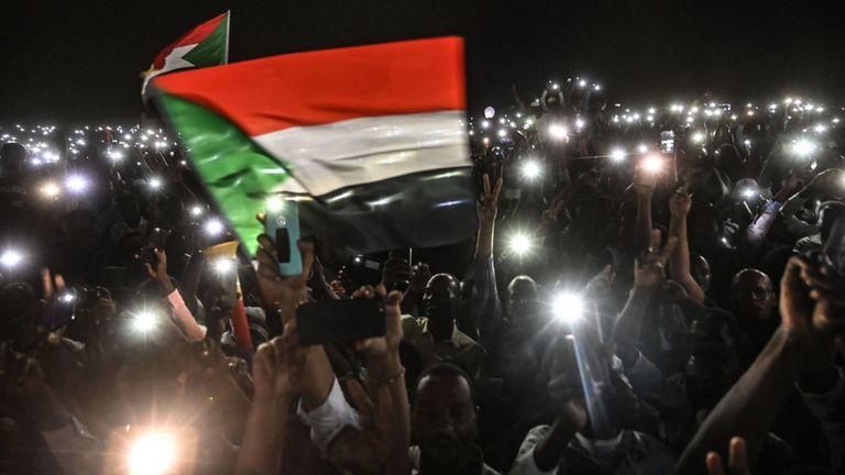 Des manifestants soudanais ouvrent les lumières de leur smartphone lors d'une manifestation devant le siège de l'armée à Khartoum, la capitale, le 21 avril 2019