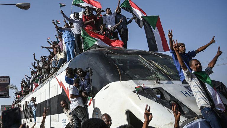 Il y avait une fête comme un train de la région où les manifestations ont commencé est arrivé à Khartoum