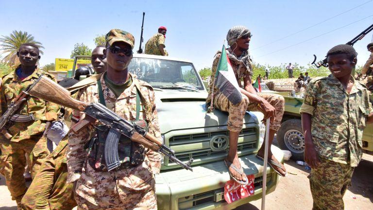 Les forces armées soudanaises se rassemblent près du site d'une manifestation près du quartier général de l'armée à Khartoum, la capitale