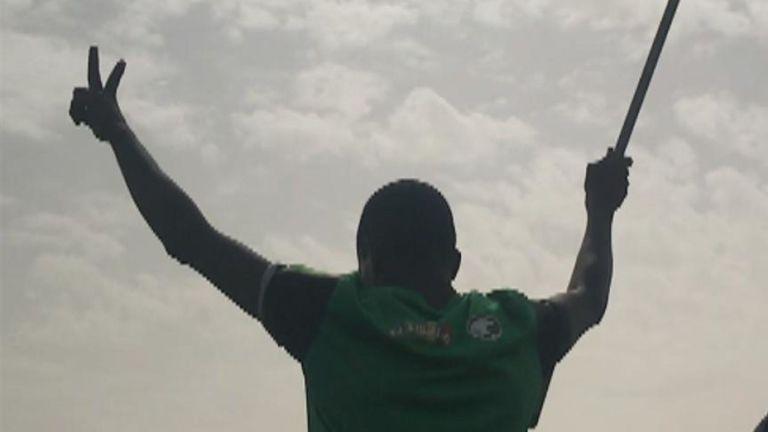 Sky News & # 39; Stuart Ramsay est à Khartoum où des soldats dansent avec les manifestants dans les rues.