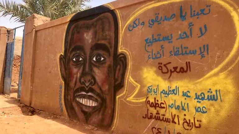 La peinture murale d'Abdulazim peinte sur un mur devant la maison familiale