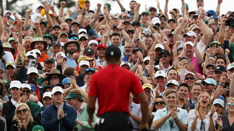 Les foules se sont rassemblées pour regarder Woods couler son putt final