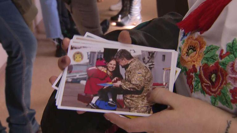 Tatiana Schevchenko montre certaines des images qu'elle a réussi à montrer à son frère