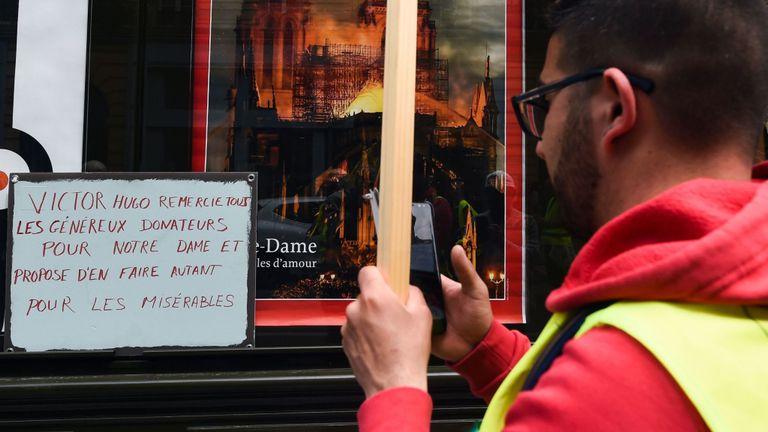 Les manifestants sont frustrés par le manque de réponse à leurs demandes, alors que d'énormes dons ont été envoyés à Notre Dame