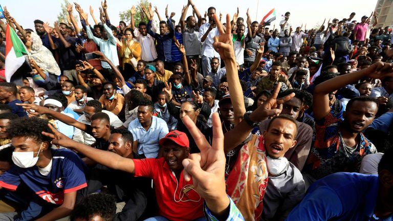 Acclamations au milieu des rapports indiquant que le président soudanais s'est désisté