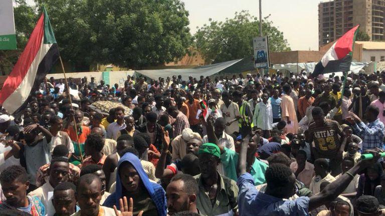Les manifestants défient le couvre-feu imposé par le conseil militaire en charge du pays