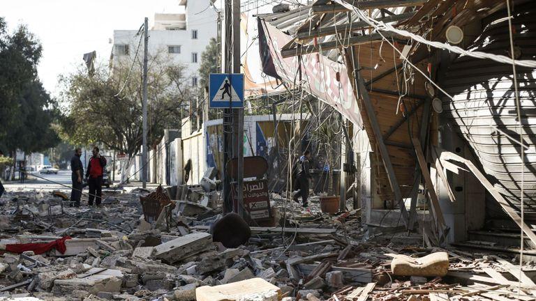 Les résidents se rassemblent dans une rue de débris dans la ville de Gaza le 5 mai 2019, qui a été touchée lors de frappes aériennes israéliennes sur l'enclave palestinienne. Des militants de Gaza ont lancé de nouveaux tirs de roquettes sur Israël tôt dans la journée, provoquant une escalade meurtrière. Israël a réagi par vagues de frappes. Une trêve fragile a de nouveau faibli et une nouvelle escalade a été redoutée. (Photo de MAHMUD HAMS / AFP) (Le crédit photo devrait correspondre à MAHMUD HAMS / AFP / Getty Images)