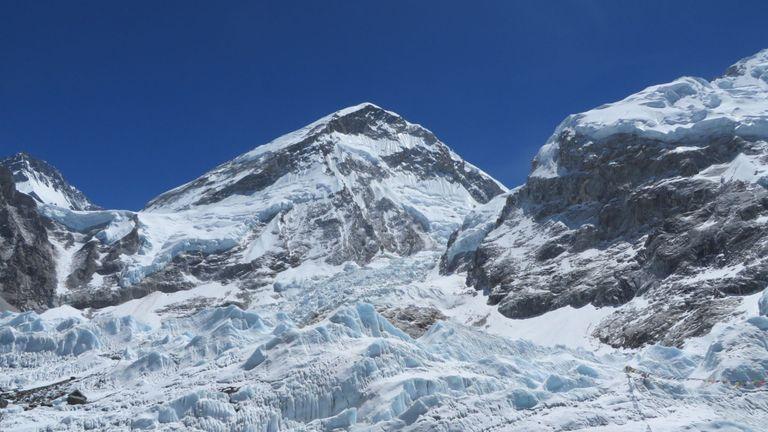 Les sherpas doivent actuellement transporter les déchets récupérés à travers la dangereuse banquise de Khumbu