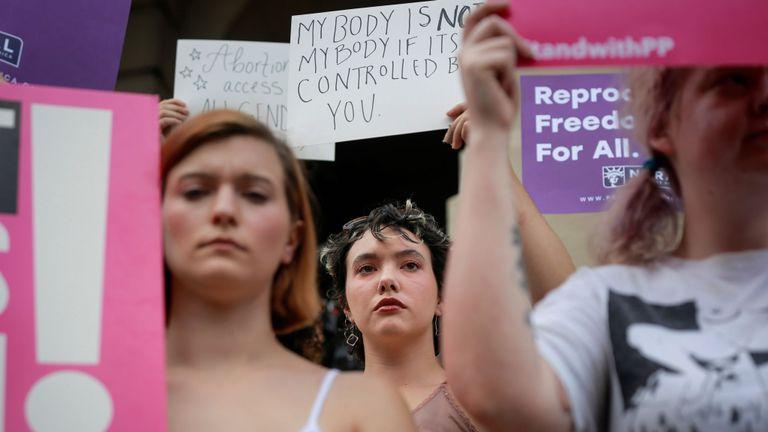 Des femmes protestent contre le battement de coeur anti-avortement de la Géorgie. facture