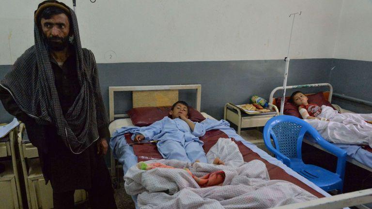 Des enfants afghans blessés reçoivent des soins médicaux dans un hôpital à la suite d'une explosion