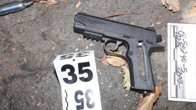 Les officiers pensaient que le suspect avait une arme de poing - il s'est avéré que c'était un pistolet à air comprimé