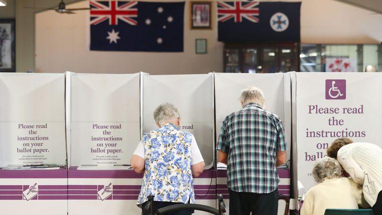 Les gens votent à la salle R.S.L de Burleigh Heads le 18 mai 2019 à Gold Coast, en Australie. Les Australiens se rendent aux urnes aujourd'hui pour élire la 46ème législature de l'Australie, après une bataille serrée entre le Premier ministre sortant Scott Morrison, du parti de la coalition, et le leader du parti travailliste, Bill Shorten