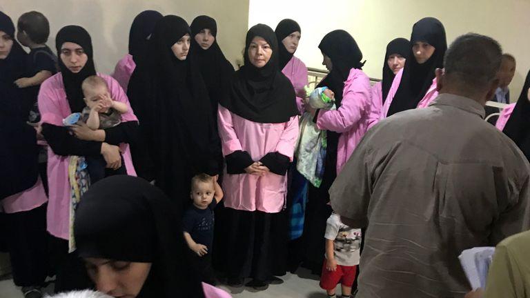 Une photo prise le 29 avril 2018 au tribunal pénal central de Bagdad, dans la capitale irakienne, montre des femmes russes condamnées à la prison à vie pour avoir rejoint le groupe de l'État islamique aux côtés d'un enfant dans un couloir.