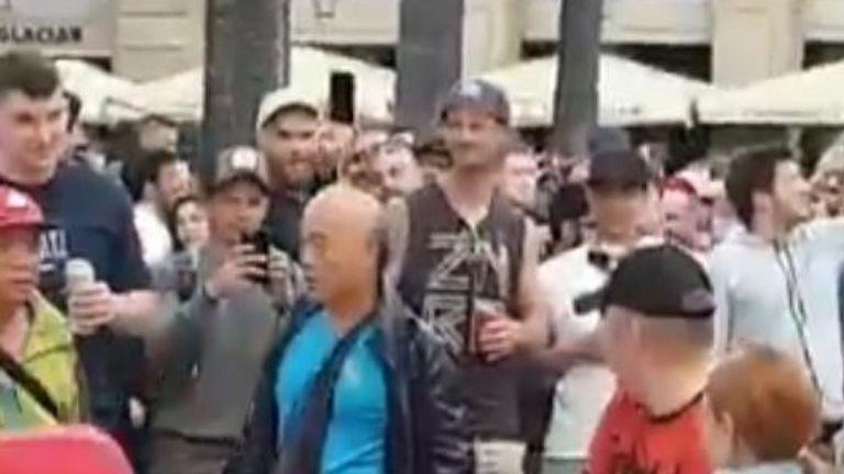 Une deuxième vidéo semble montrer un homme qui vient de sortir de la fontaine