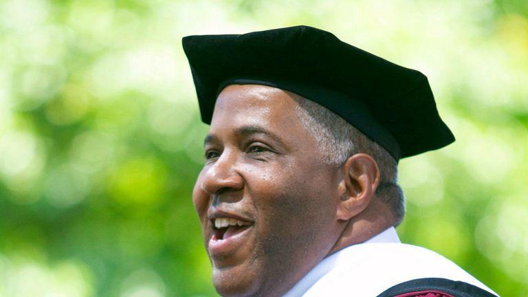 L'investisseur en technologies et philanthrope Robert F. Smith annonce qu'il accordera des subventions pour éliminer la dette étudiante de l'ensemble de la promotion de 2019 au Morehouse College d'Atlanta