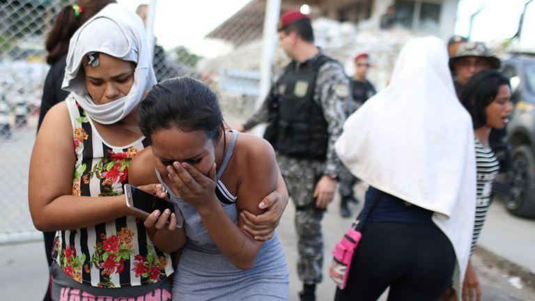 Les proches des détenus réagissent devant un complexe pénitentiaire après la découverte de détenus étranglés à mort