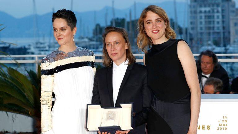"""CANNES, FRANCE - 25 MAI: Céline Sciamma (C), gagnante du prix du meilleur scénario pour son film """"Portrait de la jeune fille en feu"""", pose avec Noémie Merlant (à gauche) et Adele Haenel (à droite) lors de la soirée photo la 72ème édition du Festival de Cannes le 25 mai 2019 à Cannes, en France. (Photo par John Phillips / Getty Images)"""