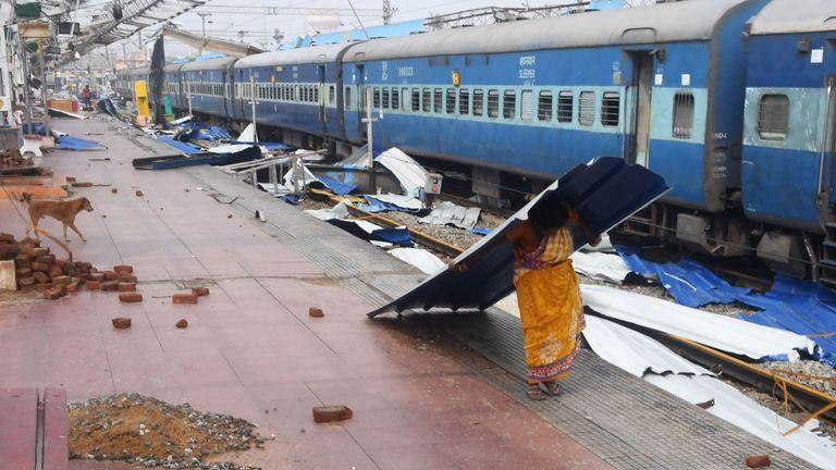 Une femme indienne transporte un débris près de la voie ferrée à la gare endommagée de Puri, dans l'état d'Odisha, dans l'est de l'Inde, le 4 mai 2019, après le passage du cyclone Fani dans la région. - Le cyclone Fani, l'un des plus importants à frapper l'Inde depuis des années, s'est propagé au Bangladesh le 4 mai, après une série de destructions meurtrières en Inde. (Photo de Dibyangshu SARKAR / AFP) (Le crédit photo devrait se lire DIBYANGSHU SARKAR / AFP / Getty Images)