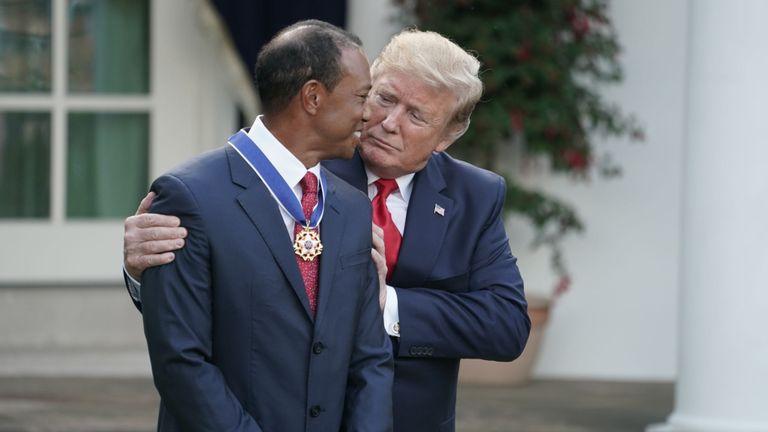 Donald Trump embrasse son entreprise et son partenaire de golf occasionnel Tiger Woods