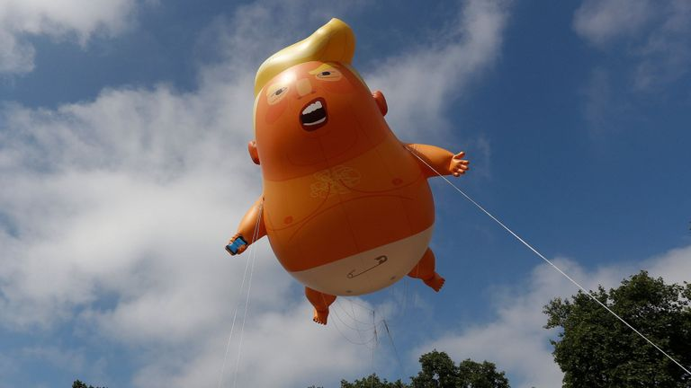 Des manifestants brandissent un dirigeable décrivant le président américain Donald Trump au-dessus de la place du Parlement
