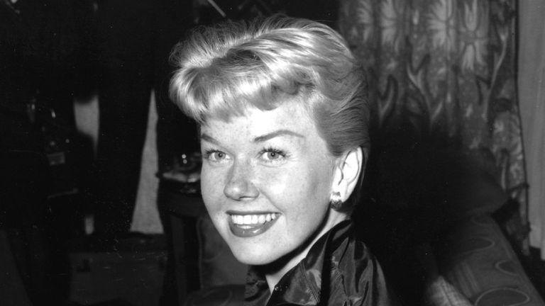 Doris Day photographiée à l'hôtel Claridges à Londres en avril 1955