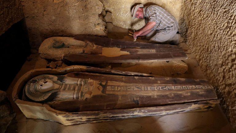 Deux anciens sarcophages sont vus sur le site de sépulture nouvellement découvert, le tombeau de Behnui-Ka et Nwi, datant d'environ 2500 av. J.-C. près des grandes pyramides de Gizeh, à la périphérie du Caire, en Égypte, le 4 mai 2019. REUTERS / Mohamed Abd El Ghany