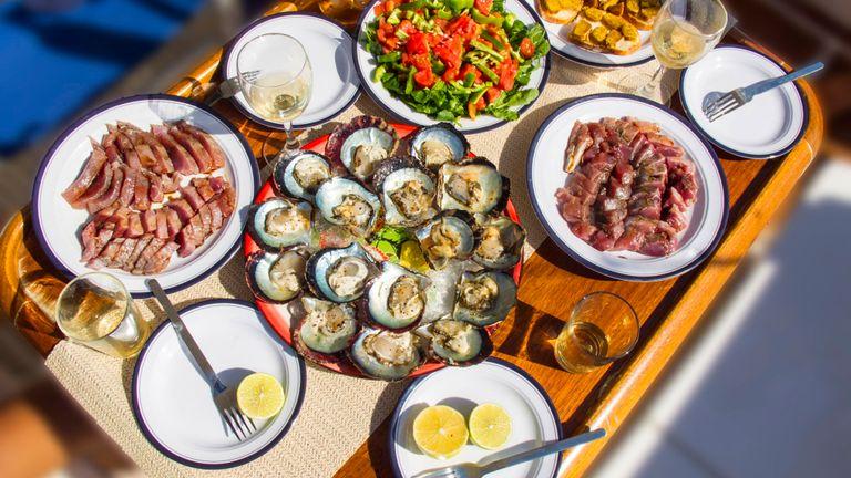 """Les experts affirment que le poisson frais et le soi-disant """"régime méditerranéen"""" est un excellent moyen de rester en bonne santé"""