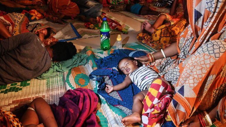 Les personnes évacuées pour des raisons de sécurité reposent dans un abri temporaire pour victimes de cyclones à Puri, dans l'État d'Odisha, dans l'est de l'Inde, le 3 mai 2019, alors que le cyclone Fani s'approche du littoral indien. - Près de 800 000 personnes dans l'est de l'Inde ont été évacuées avant un cyclone majeur qui soufflait jusqu'à 200 km / h et des pluies torrentielles, ont annoncé des responsables le 2 mai (Photo de DIBYANGSHU SARKAR / AFP) / La mention erronée[s] figurant dans les métadonnées de cette photo par DIBYANGSHU SARKA