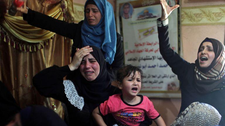 Des Palestiniens pleurent la mort d'un membre de leur famille tué lors d'une manifestation à la frontière entre Israël et Gaza
