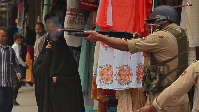 La police tente de disperser des manifestants au Cachemire