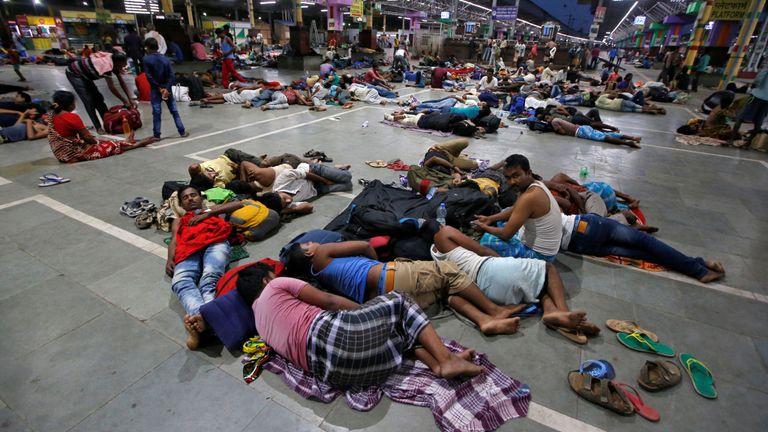 Les passagers bloqués se reposent dans une gare après que les trains entre Kolkata et Odisha ont été annulés.