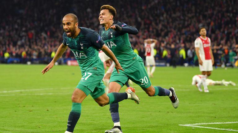 Lucas Moura de Tottenham Hotspur célèbre après avoir inscrit le troisième but de son équipe avec Dele Alli de Tottenham Hotspur lors du match retour de la demi-finale de la Ligue des champions UEFA opposant Ajax et Tottenham Hotspur au Johan Cruyff Arena à Amsterdam, Pays-Bas