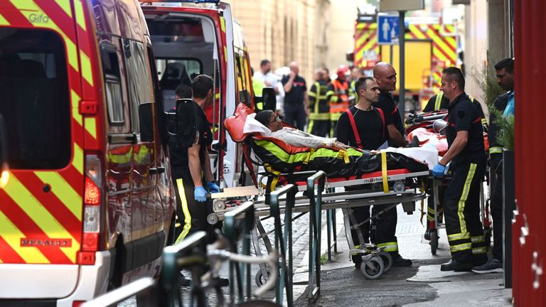 Une femme est allongée après que l'explosion a fait sept blessés