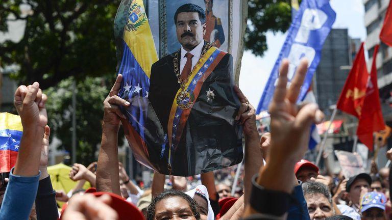 """Les partisans du président vénézuélien Nicolas Maduro participent à un rassemblement dans les environs du palais présidentiel de Miraflores à Caracas le 30 avril 2019, après que les troupes eurent rejoint le chef de l'opposition, Juan Guaido, dans sa campagne visant à renverser le gouvernement de Maduro. - Guaido - accusé par le gouvernement de tenter un coup d'Etat mardi - a déclaré qu'il n'y avait """"pas de retour en arrière"""" dans sa tentative d'évincer le président Nicolas Maduro du pouvoir"""