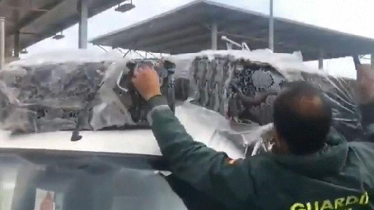 Migrants trouvés sur des matelas à un poste de contrôle dans l'enclave espagnole de Melilla en Afrique du Nord