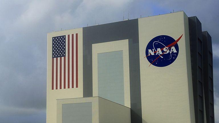 De gros nuages commencent à se déplacer sur le Vehicle Assembly Building le 11 septembre 2009 au Kennedy Space Center en Floride. La NASA a échappé à deux tentatives d'atterrissage vendredi à KSC en raison du climat défavorable. La NASA tentera d'atterrir plus tard le 11 septembre à la base aérienne Edwards en Californie. AFP PHOTO / Karen BLEIER (Photo de KAREN BLEIER / AFP) (Le crédit photo devrait correspondre à KAREN BLEIER / AFP / Getty Images)