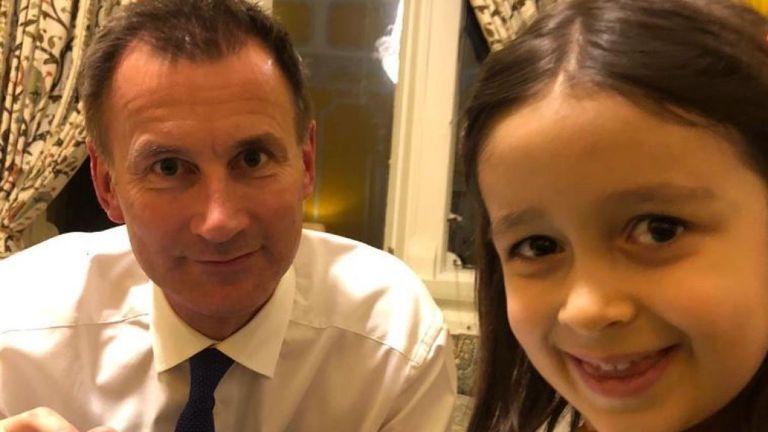 Le ministre des Affaires étrangères, Jeremy Hunt, rencontre Gabriella, fille de Nazanin Zaghari-Ratcliffe, un Britannique, un Iranien emprisonné. Il a apporté des cadeaux pour les deux. Nazanin a créé des poupées pour la fille de Gabriella et Hunt.  CRÉDIT - Pic: @FreeNazanin
