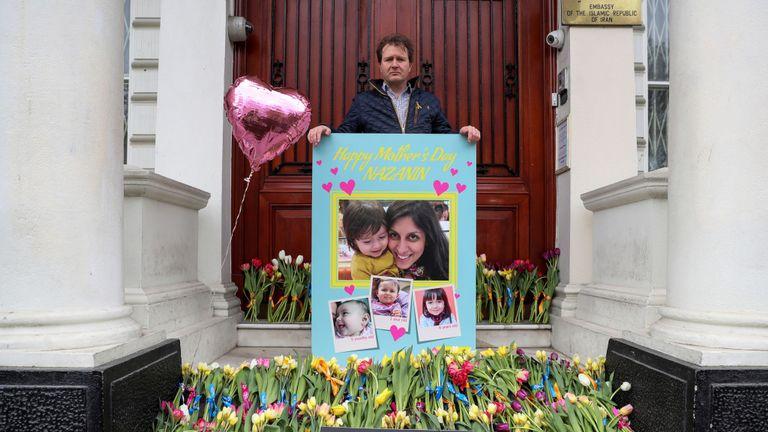 Richard Ratcliffe a remis à l'ambassade d'Iran une carte signée par près de 20 000 personnes pour son épouse.