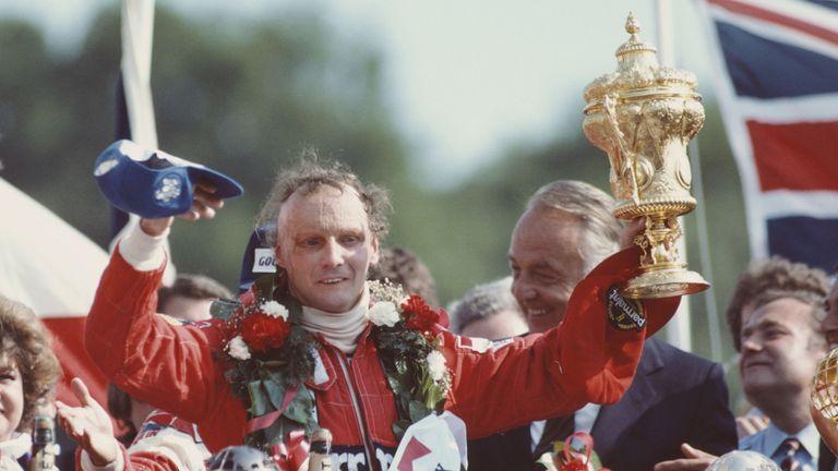 Lauda célèbre sa victoire au GP britannique à Brands Hatch en 1982