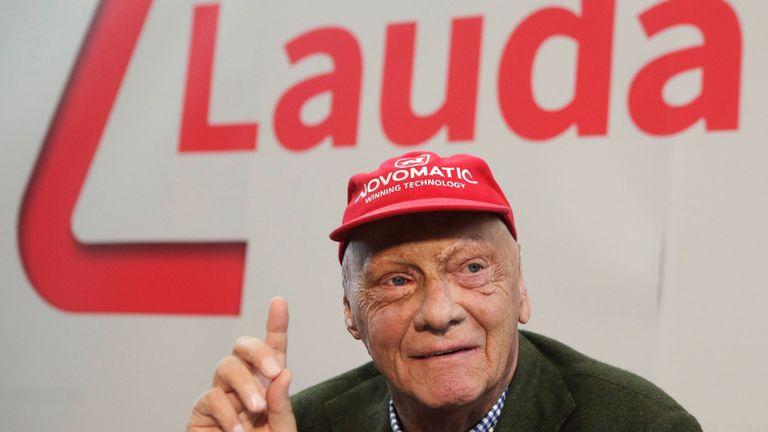 Lauda prend la parole lors d'une conférence de presse présentant sa compagnie aérienne Laudamotion