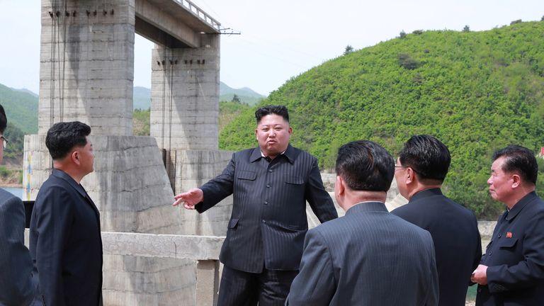 Le dirigeant nord-coréen Kim Jong Un visite la deuxième centrale électrique de Kumyagang en Corée du Nord