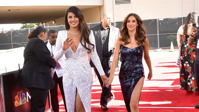 Priyanka Chopra et Danielle Jonas assistent aux Billboard Music Awards 2019 au MGM Grand Garden Arena le 1er mai 2019 à Las Vegas, dans le Nevada.