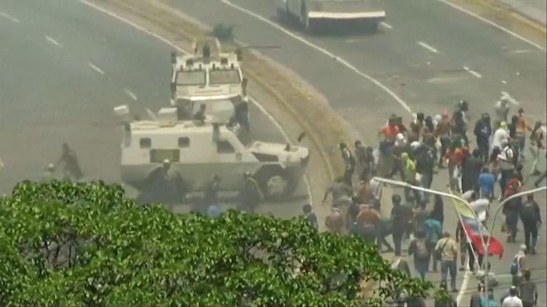 Des véhicules militaires conduits dans la foule de manifestants à Caracus