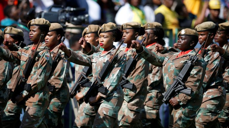Les soldats défilent lors de l'inauguration de Cyril Ramaphosa