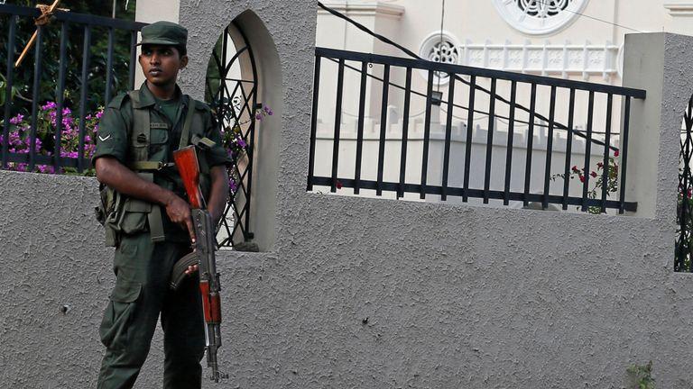 Des policiers armés patrouillaient dans les rues menant aux églises